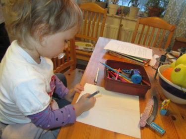 Liv satt i mitt knä och ritade medan de andra barnen lekte hemma hos A-L.