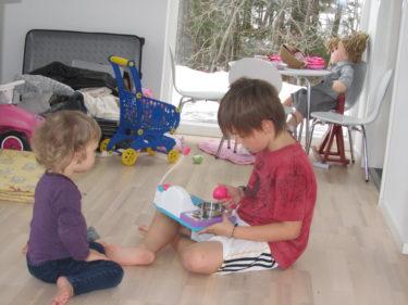 För en stund sedan satt William och snällt lekte med sin lillasyster, nu är det annat som gäller. Liv har fått tag i micen på Mios rum och skriker för fulla muggar i den och Mio och William kompar med gitarr och piano. Öronproppar tack!