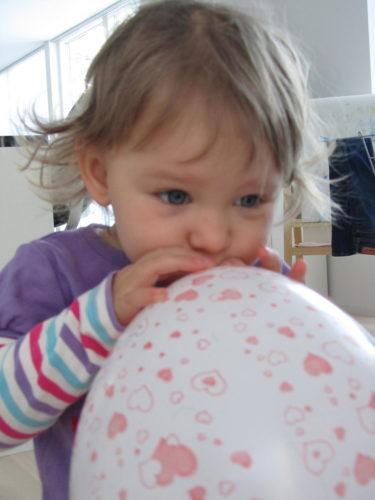 Liv hjälpte till att blåsa ballonger.