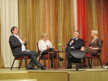 Mamma och Gunnar blev intervjuade på scen och besvarade på vanliga frågor från inte så vana kyrkobesökare. Många ställer ju sig frågor som vad är skillnaden på en sekt och en frikyrka, varför ger man kollekt mm.