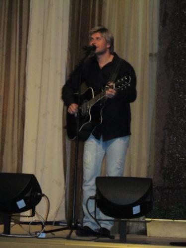 Normannen Edward John, som är bosatt i Dallas, avslutade kvällen med en mini-konsert. Han var oerhört duktig. För övrigt är han Carolas gamla kille och han påmonde mycket om Runar till utseendet.