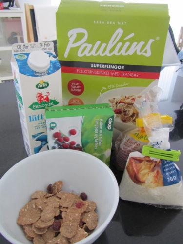 Ska äta en god frukost nu. har en ny favoritblandning. Flingor, blåbär och hallon, linfrön, cococsflingor och fil. Liv gillar det också och brukar äta upp allt i min skål.