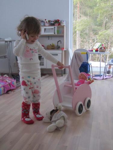 Imorse drog Livis runt på sin bebis och pratade i telefon. En busy liten mamma.