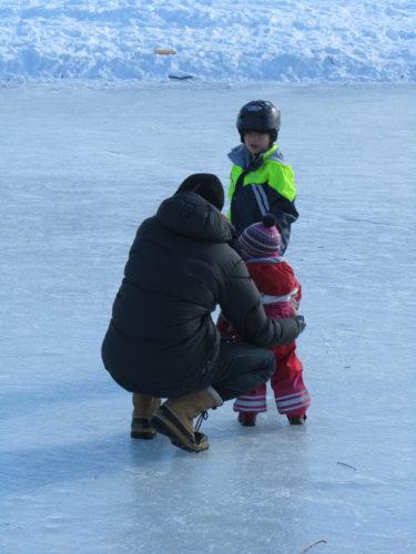 Liv ville också ut på isen där pojkarna spelade ishockey.