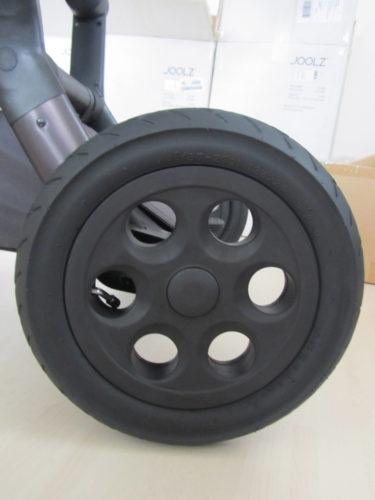 ... och helsvarta hjul.