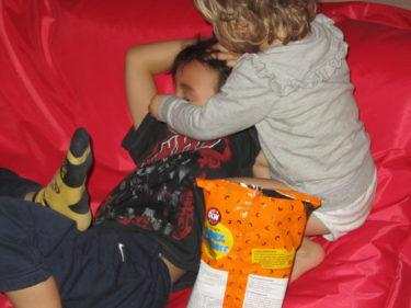 Äntligen kom Mio hem. Liv satt som ett klister på honom hela kvällen. Hon matade honom med ostbågar...