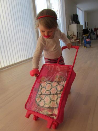 Peter tyckte att hans sjuka lilla tjej behövde en krya på sig-present. En liten resväska med en ny bebis gjorde henne piggare och gladare.