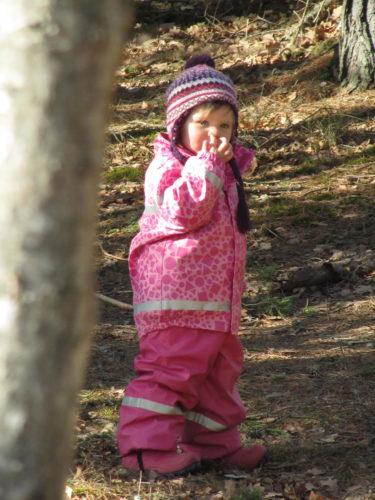 ... och gömde sig bakom et träd för att peta sig i näsan.