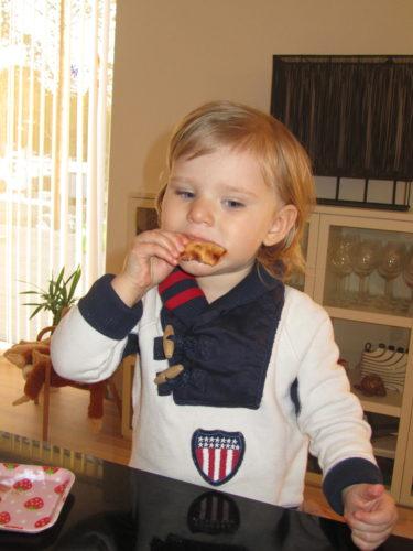 Liv blev sugen på pizza när vi kom hem. Kylen är full av pizza-rester från gårdagens fredagsmys hon hade med William och Peter.