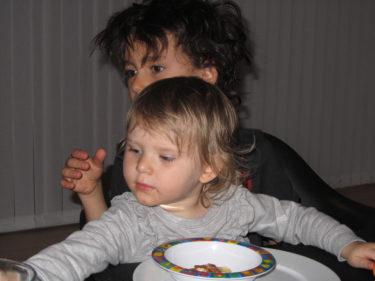 T.o.m. när vi åt middag skulle hon sitta i hans knä.