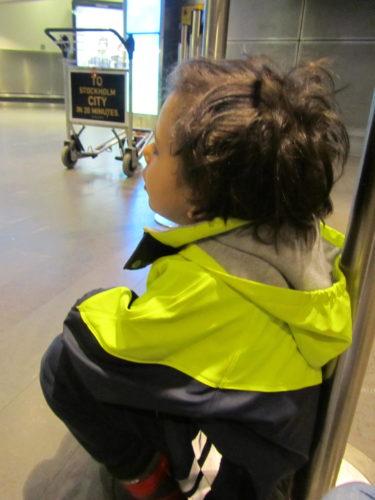 William landade sent och jag och Mio satt och väntade på Arlanda.