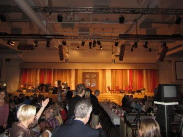 det var uppdukat med långbord i stora mötessalen.
