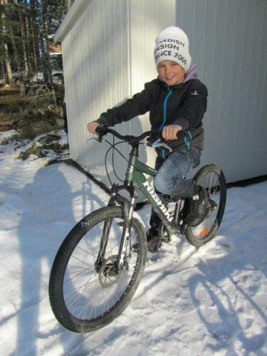 William provsatt på sin efterlängtade cykel. Tanken på att han snart kan börja cykla till skolan och kompisar gjorde honom glad.