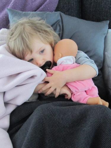 Liv tog sin lilla bebia i famnen och så bäddade jag om henne med en mysig filt och hennes gosefilt mot kinden. Hon somnade på en minut.