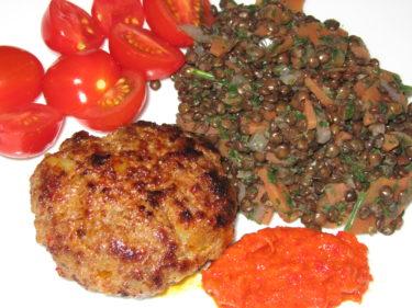 Lammbiffar med bl a ajvar och till det belugalinser med morötter, persilja och lök.