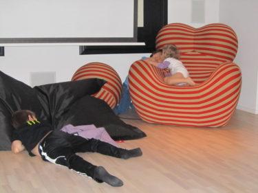 Mot kvällen låg William utslagen på golvet efter timmar på fotbollsplanen och Liv och Mio hittade nog på något bus.