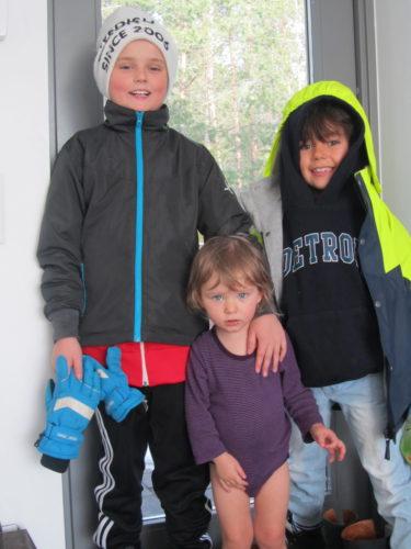 Två glada killar och en hängig liten Livis.