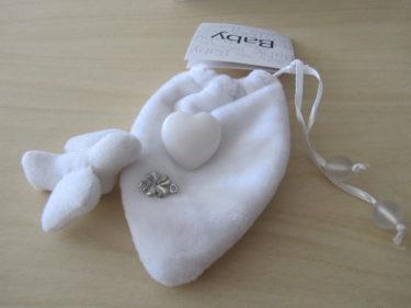En liten lyckopåse. Jag har en under Livs madrass :-) Hjärtat står för att få och ge kärlek. Duvan för frid och fred. Fyrklövern för all lycka som du förtjänar. Alla borde nog ha en sådan här liten påse i sin handväska som en fin symbol. Gullig liten present.