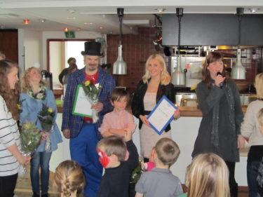 Som tack fick vi vackra blommor och diplom.