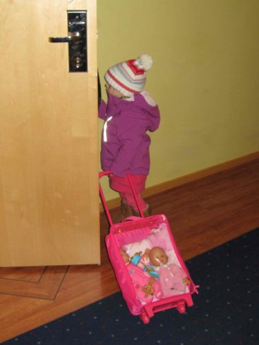 Liv släppte inte sin väska ur sikte utan drog runt på den med sina bebisar i hela tiden.