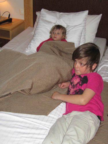 Väl på hotellet slappade Liv och William i sängen och tittade på talang.