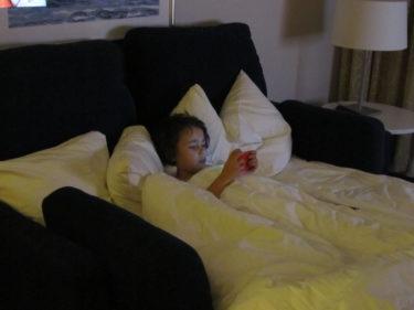 Mio låg i hans och Williams säng och spelade innan han somnade.
