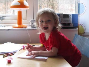"""den här bilden på Liv en stund innna vi lämnade sjukhuset är så fin tycker jag. Hon har fortfarande """"nålen"""" i armvecket men ser så glad och härlig ut. Ögonen lyser av nyfikenhet och bus som saknats i flera dagar."""