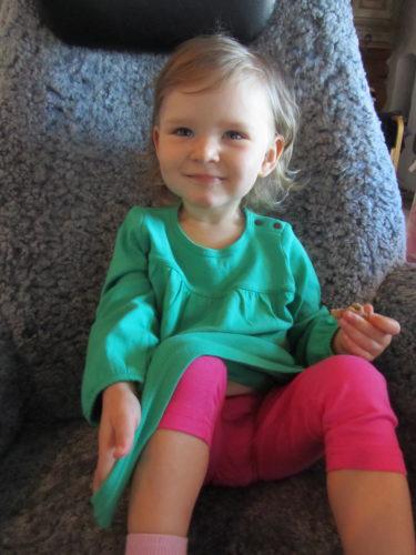 LIv ser ut som en riktig liten vårblomma i sin gröna fina tunika från ME and I. Vi glömde ju hennes väska med kläder hemma i Sigtuna men vi hade sådan tur för på Baby och Barn-mässan i Göteborg hade Me and I en monter med massor av fina kläder. Perfekt!