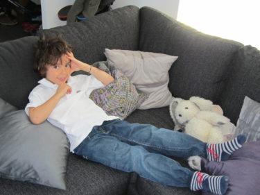 Mio slappade i soffan efter frukosten.
