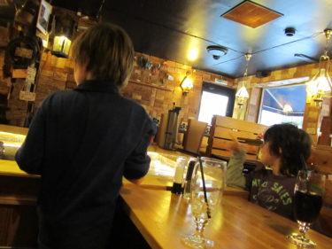 William och Mio styrde varsin båt med räkor till vårt bord.
