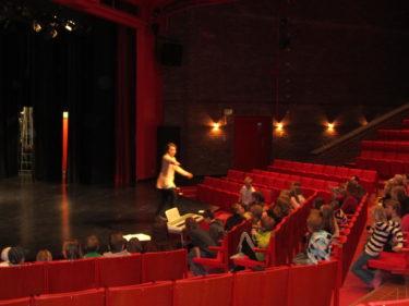 Klassen får instruktioner innan de ska entra scenen.