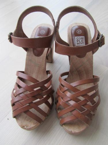 Äntligen ett par sådana här skor med mindre öppning fram. Ogillar när man måste visa mycket av tårna. Har så långa och knotiga tår att jag helst gömmer dem :-)