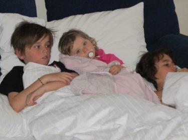 Barnen somnade i samma säng. Trötta efter en rolig dag.