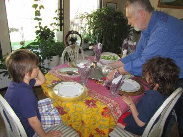 Gunnar och mamma hade lagat massor av god mat. Pojkarna satt och väntade på att få hugga in.