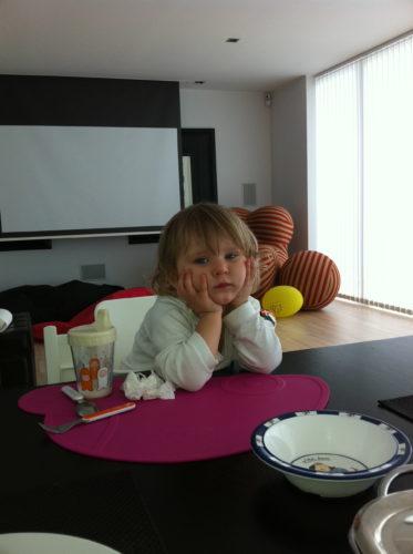Livis jobbar med sitt tålamod. Hon var så extremt söt när hon satt med huvudet i händerna och otåligt väntade på middagen.