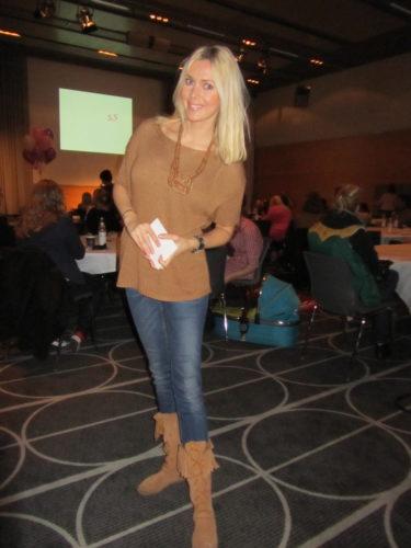Hade på mig en glesstickad tröja från H&M, ACNE-jeans, halsband från Filippa K och mina mjuka mockastövlar med fransar från Nilson-skor.