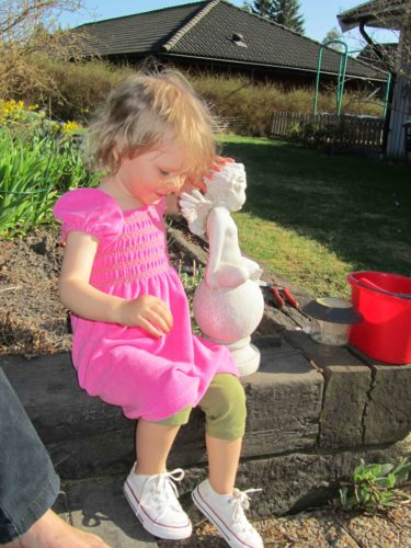 Efter middagen satt vi ute i trädgården och drack kaffe. Liv hittade en kompis i mammas trädgårdsägel som hon klappade och kramade.