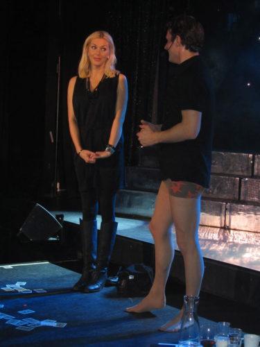 Jag är alltid rädda att bli en av de i publiken som blir uppdragen på scen och det vet Stefan. Så självklart drog han upp mig. Jag fick skriva mitt namn på ett kort ur en kortlek och så trollade han och trixade och det slutade med att han tog av sig byxorna.