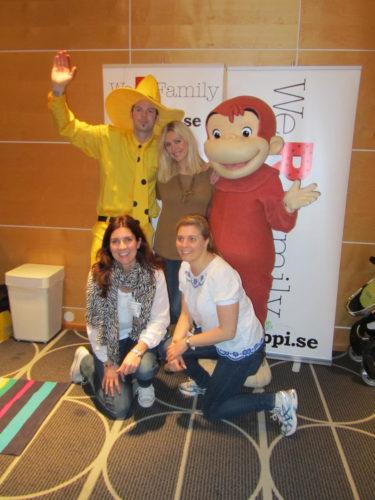 Mannen med den gula hatten och Nicke nyfiken kom och hälsade på alla barnen. Charlotta och Katarina är tjejerna bakom LOPPI.SE och We R Family!