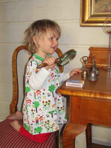 Livis lekte Sherlock Holmes med det antika förstoringsglaset, till farmors skräck!