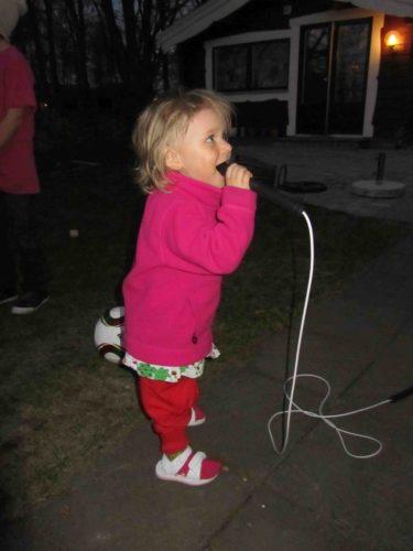 De andra barnen hoppade med repet men Livis använde det som mikrofon istället.