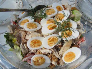 Urban gjorde en god cesarsallad med kyckling och ägg till oss innan vi for.