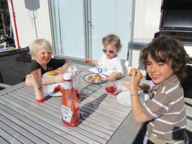 Willaim är ute med kompisar och spelar fotboll och cyklar så han missade Peters grillade hamburgare. Mio, Pelle och Liv åt som tokar.