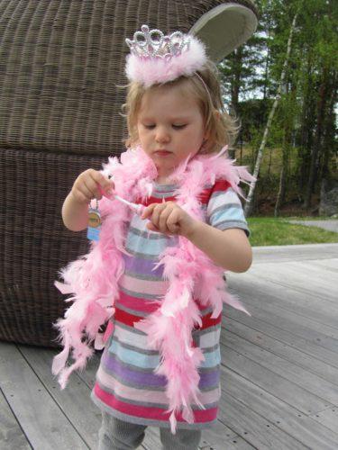 ... av moster Maggan, syrran min, fick hon en prinsesskrona, rosa fjäderboa, rosa dress och sist men inte minst ett läppglans.