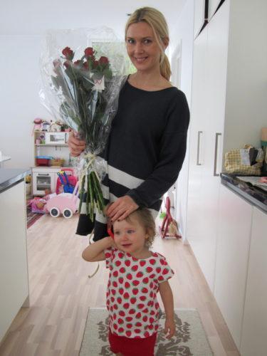 Livis ville också vara med på bild med sin nya jordgubbspyjamas.