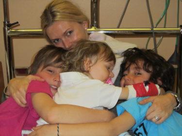 Liv fick besök av sina brorsor på sjukhuset. det skyndade på hennes tillfrisknande. Hon sken av lycka och ville kramas hela tiden.