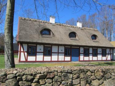 Husen här omkring är så fina. De flesta liknar Marianne och Urbans men det här ser ut att vara relativt nybyggt. Älskar taket!