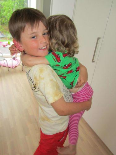 William älskar att kramas med Livan.