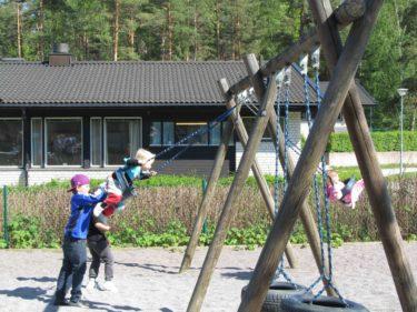 Pojkaran lekte med barnen och Mio gungade Liv och William hennes kompis i full fart.