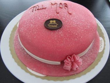 Till efterrätt bjöds jag på en riktig Mors Dag-tårta i form av en rosa tanthatt.